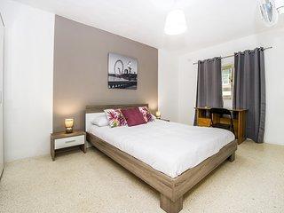 Espacioso apartamento de 2 habitaciones, central.