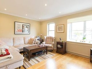 Next to King's Road - Amazing house with garden, bbq and parking space!!!