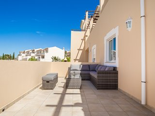 Lovely 2 Bed Apt With Communal Pool & Picturesque Views Near Carvoeiro