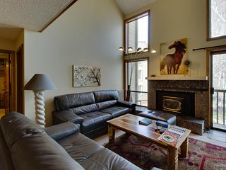 Cozy condo w/ pool & hot tub near both golf & ski resorts!