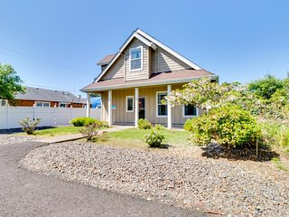 Adorable home w/ patio & firepit - less than a block to the beach!