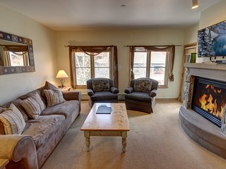 Jack Pine 8015 1 block to the slopes, Garage Parking, FREE WIFI, HOT TUB, RR Vie