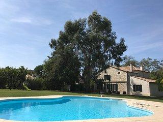 Maison de maître Nouvelle Aquitaine dans un parc avec piscine.