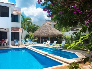 Casa Tomas-2 level pool, garden, WiFi, phone, cable TV, A/C,, vacation rental in Cozumel