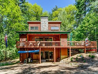 3BR White Mountains Lodge. Access to 5 Beaches, Fire Pit, Wifi, Dogs Welcome!