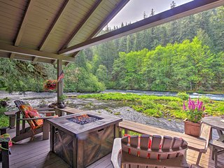 NEW! Romantic Cabin Getaway on McKenzie River!
