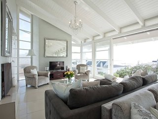 White Waves Beach House on Bloubergstrand Beachfront