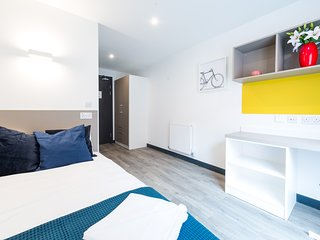 Stylish Double En Suite with Communal Kitchen and Living Room in Luton City Cent