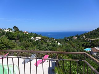 Saint-Peire-sur-Mer Holiday Home Sleeps 6 with Pool Air Con and Free WiFi