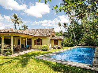 The Chalet - 2 bedroom villa - walking distance to Kathaluwa beach