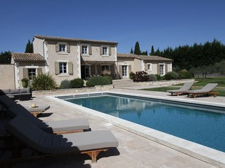Raphele-les-Arles Holiday Home Sleeps 9 with Pool Air Con and Free WiFi
