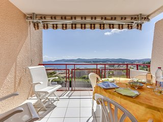 2 bedroom Apartment in Le Lavandou, Provence-Alpes-Cote d'Azur, France : ref 560