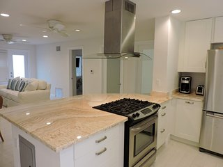 LUXURY BEACHSIDE CONDO 2/2 for 6 GUESTS