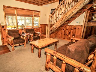 ~Nine Pines Lodge~Newly Renovated Log Cabin~Jetted Spa Tub~Central Location~