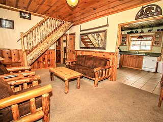 *CENTRAL KNOTTY PINE CHALET~Jetted Spa Tub~