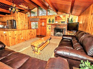 ~Trey's Escape~Furnished Downtown Retreat~Huge Deck With Spa~