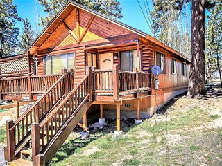 *CENTRAL LOG CABIN~Hot Tub~Walk To Lake/Town~