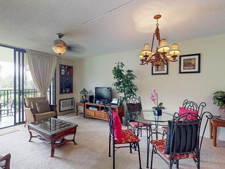 Cozy, inviting condo w/ shared hot tub - walk to the beach, dining, and more!