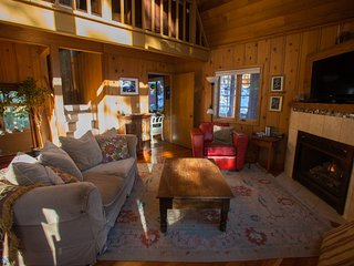 3BR Truckee Cabin w/Mineral Hot Tub & Large Deck!