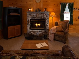 Cabin w/ WiFi, Fireplace, Resort Hot Tub, Sauna, Gameroom, Golf & Ski Rentals