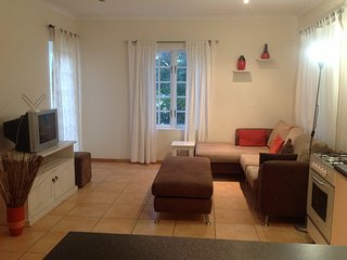 Spacious quiet flatlet close to the university, beach golf course and airport