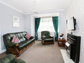 TRIDENT COTTAGE, Smart TV, centre of Lowestoft, beach nearby, Ref 958730