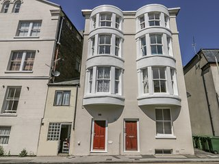 FLAT 3, spacious, town of Scarborough, beach and castle nearby. Ref:977990