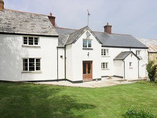 EASTCOTT FARMHOUSE, WiFi, Sky TV, en-suites, child-friendly cottage near