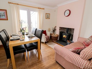 DOLCOED, countryside views, Aberaeron 3.5 miles, dog-friendly, Ref 965115