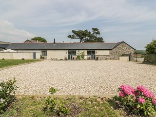 TREVENNA STABLES, ground floor accommodation, en-suite, open-plan living, Ref 98