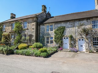 IVY COTTAGE, 3 floors, WiFi, Peak District National Park