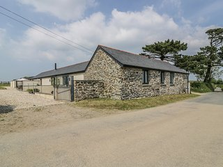 TREVENNA BARN, open-plan, countryside location, Roseland Heritage Coast, Ref 982