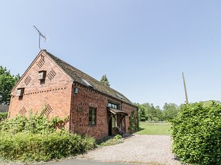 GLEBE BARN, barn conversion, exposed brick and beams, en-suite, Ref 975607
