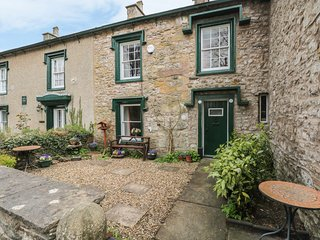 CURLEW COTTAGE, Ingleton village, stone terrace, WiFi. Ref: 964975