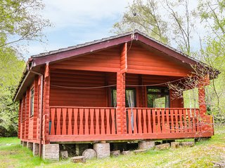 OTTER LODGE, open-plan, woodland, in Strathpeffer, Ref 974036