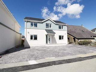 TREMFOR, en-suite bedrooms, upside down living, great base for beaches, near Rho