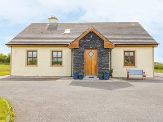 KILNANARE, woodburner, hillside views, perfect for families, near Killarney