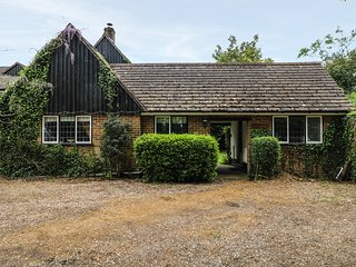 LITTLE BUNTY LODGE, exposed beams, open-plan, in New Forest National Park, Ref 9