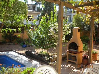 Private Villa in quiet residential area, with swimming pool in splendid garden