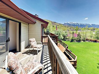 Spacious 5BR w/ Fireplace, Deck, BBQ & 2 Living Rooms - Near Ski Resorts