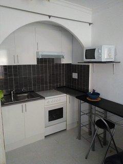 Cocina tipo office con 4 fogones, horno y microondas