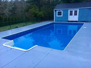 LARGE HOME FOR 12 WITH HEATED POOL! PET FRIENDLY! LINENS INCLUDED!
