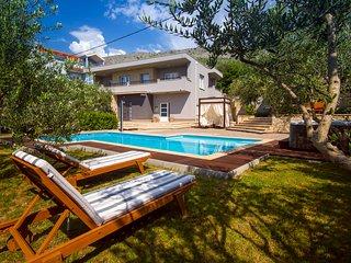 Luxury VILLA GABRIELLA with heated pool, jacuzzi, 5 min to town Split