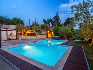 Luxury VILLA GABRIELLA with heated pool, jacuzzi, 5 min to town Split