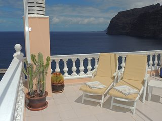 SPECTACULAR SUNNY APARTMENT WITH WIFI, POOL, PANORAMIC CLIFF & SEA VIEWS.