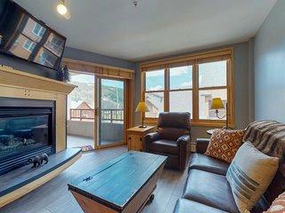 NEW LISTING! Bright condo w/shared pool, 3 hot tubs, sauna, & ski views
