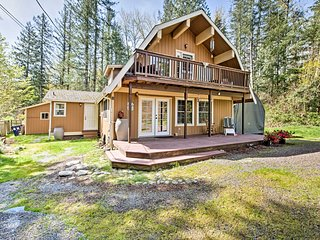 'The Owl's Nest' Home w/Hot Tub on Skykomish River