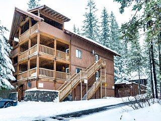 Large, dog-friendly home with a covered deck - close to skiing & Trillium Lake!