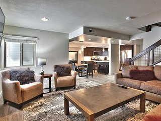 NEW LISTING! Slopeside townhome w/seasonal shared pool, tennis courts & hot tub