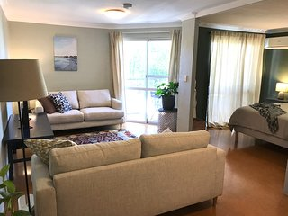 Enjoy the authentic Freo experience - STYLISH ONE BED APARTMENT W/ SWIMMING POOL